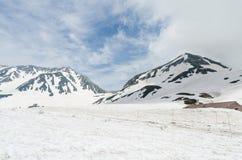 Montagne de neige à l'itinéraire alpin de kurobe de tateyama d'alpes du Japon Photos stock