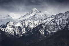 Montagne de neige avec le ciel bleu de l'Inde de Leh Ladakh Photos stock