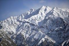 Montagne de neige avec le ciel bleu de l'Inde de Leh Ladakh photographie stock libre de droits