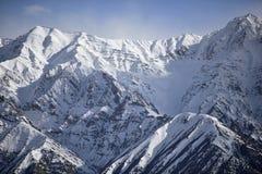 Montagne de neige avec le ciel bleu de l'Inde de Leh Ladakh Images stock