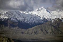 Montagne de neige avec le ciel bleu de l'Inde de Leh Ladakh image libre de droits