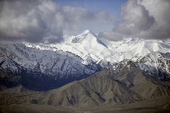 Montagne de neige avec le ciel bleu de l'Inde de Leh Ladakh Image stock
