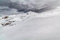Montagne de neige avec un ciel nuageux Photo stock