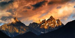 Montagne de neige dans le coucher du soleil Image stock