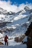 Montagne de neige de Trekker photo libre de droits