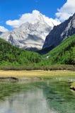 Montagne de neige du Thibet avec la rivière Images stock