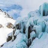 Montagne de neige et ciel bleu Photographie stock