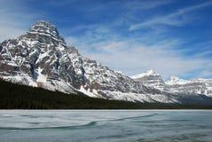 Montagne de neige et lac bow Photos libres de droits