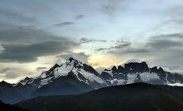 Montagne de neige sur le coucher du soleil Photographie stock libre de droits