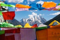 Montagne de neige de Yala avec des drapeaux de prière - Sichuan, Chine images stock