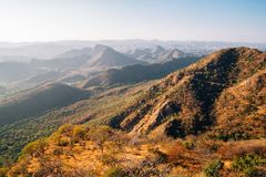 Montagne de palais de mousson dans Udaipur, Inde images libres de droits