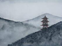 Montagne de peinture tir?e par la main de pagoda de paysage d'aquarelle dans le brouillard illustration stock