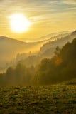 Montagne de Pieniny dans le brouillard au lever de soleil Photographie stock