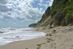 Montagne de plage de bord de la mer Photos stock