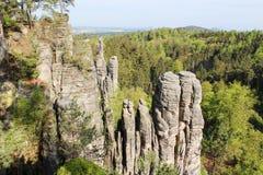 Montagne de Prachovske près de village Prachov, château Trosky sur le horiz images libres de droits