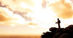 Montagne de randonneur de coucher du soleil photos stock