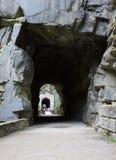 Montagne de roche de tunnel photographie stock