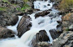 montagne de ruisseau rocheuse Images libres de droits