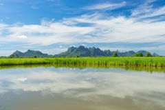 Montagne de Sam Roi Yod avec le lac image libre de droits