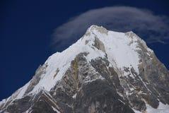 Montagne de Siula avec le capin les hauts Andes de nuage Photographie stock