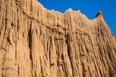Montagne de sol de pilier avec le ciel bleu Images stock