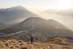 Montagne de Stivo entrant vers le bas dans le coucher du soleil Photos libres de droits
