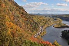 Montagne de Tammany à l'espace d'eau du Delaware en automne Photos libres de droits