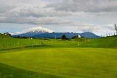 Montagne de terrain de golf du Nouvelle-Zélande à l'arrière-plan image stock