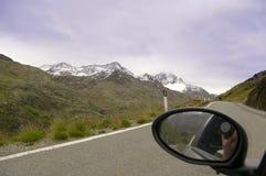 Montagne de tir d'appareil-photo sur la route du véhicule Photographie stock