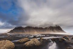 Montagne de Vesturhorn et dunes de sable noires, Islande Image stock
