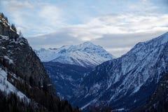 Montagne del canyon coperte di neve e di foresta di inverno vicino a Mont Blanc Alpes, Italia Fotografia Stock Libera da Diritti