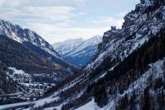 Montagne del canyon coperte di neve e di foresta di inverno vicino a Mont Blanc Alpes, Italia Fotografia Stock