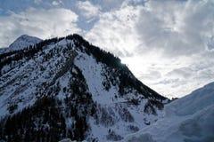 Montagne del canyon coperte di neve e di foresta di inverno vicino a Mont Blanc Alpes, Italia Immagine Stock Libera da Diritti