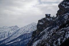 Montagne del canyon coperte di neve e di foresta di inverno vicino a Mont Blanc Alpes, Italia Immagini Stock Libere da Diritti