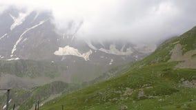 Montagne del Caucaso, annuvolamenti grandi i pendii archivi video