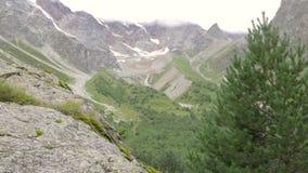 Montagne del Caucaso, annuvolamenti grandi i pendii video d archivio