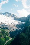Montagne del Caucaso del nord Dombai immagini stock