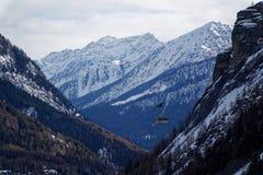 Montagne del granito coperte di neve e di foresta di inverno vicino a Mont Blanc Alpes ed all'elevatore dello sci su fondo, Itali Immagini Stock