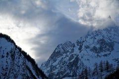 Montagne del granito coperte di neve e di foresta di inverno vicino a Mont Blanc Alpes, Italia Immagini Stock