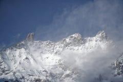 Montagne del granito coperte di neve e di foresta di inverno vicino a Mont Blanc Alpes, Italia Immagini Stock Libere da Diritti