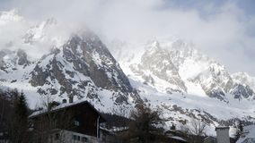 Montagne del granito coperte di neve e di foresta di inverno vicino a Mont Blanc Alpes, Italia Immagine Stock Libera da Diritti