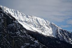 Montagne del granito coperte di neve e di foresta di inverno vicino a Mont Blanc Alpes, Italia Fotografia Stock