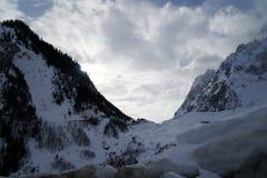 Montagne del granito coperte di neve e di foresta di inverno vicino a Mont Blanc Alpes, Italia Immagine Stock