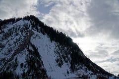 Montagne del granito coperte di neve e di foresta di inverno vicino a Mont Blanc Alpes, Italia Fotografie Stock