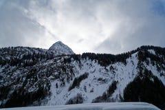 Montagne del granito coperte di neve e di foresta di inverno vicino a Mont Blanc Alpes, Italia Fotografie Stock Libere da Diritti
