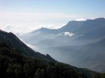 Montagne del Kerala con l'aumento della foschia Immagini Stock