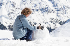 Montagne del pupazzo di neve della ragazza Fotografia Stock Libera da Diritti