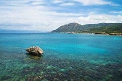 Montagne del seaand del turchese nel Cipro Immagine Stock