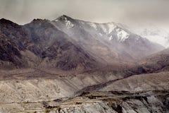 Montagne dell'Himalaya come visto quando viaggiano dalla strada dell'alta montagna Immagini Stock