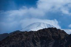 Montagne dell'Himalaya come visto quando viaggiano dalla strada dell'alta montagna Immagine Stock Libera da Diritti